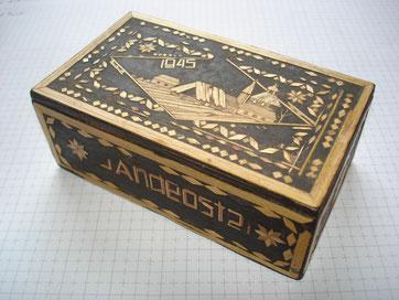 Von sowjetischen Kriegsgefangenen hergestellte Schatulle mit Strohintarsien. Solche kunsthandwerlichen Arbeiten wurden eingetauscht gegen Nahrungsmittel. Gedenkstätte Lager Sandbostel