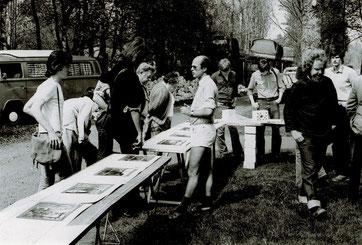 Präsentation der ersten Ausstellung über Sandbostel auf Tapeziertischen vor einer der beiden ehemaligen Lagerküchen. Foto: Hartmut Müller, 9.5.1981. Archiv der Bremervörder Zeitung