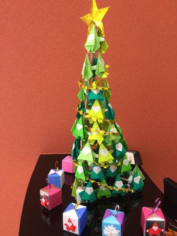 みやこ内科クリニックの受付前にある折り紙のクリスマスツリーとクリスマスプレゼントボックス
