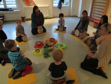 MAMA-KIND-NACHMITTAG: Gemeinsam musizieren und trommeln macht besonders viel Spaß.