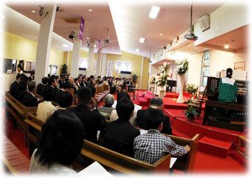 パイプオルガンの演奏とともに、日曜礼拝に参加されたかたも一緒に祝福してくださいます。