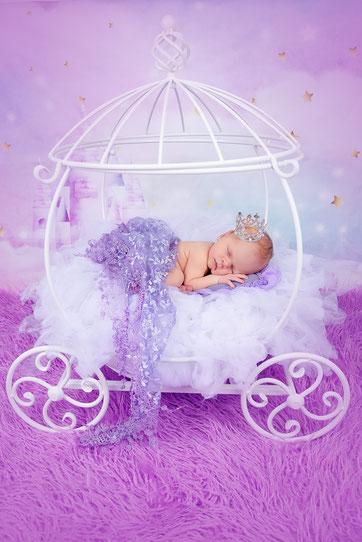 newborn meisje in bed