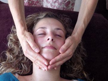 deux mains encadrent un visage au niveau du menton