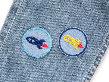 Bild: mini Jeansflicken zum aufbügeln mit Raketen, Raumschiff Bügelbilder blau für Kinder, Hosen nachhaltig mit Flicken reparieren