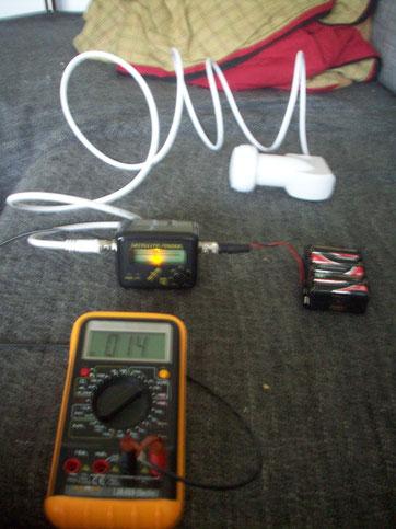 An den Satfinder angelötetes abgeschirmtes Kabel über Bananenstecker zu einem USB - Multimeter an den PC. Stromversorgung für LNC > 12V Autobatterie mit Stromwandler auf 9V.