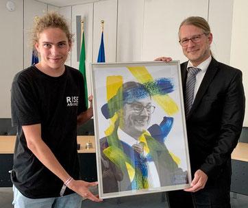 Übergabe Kunstprojekt KvGG, © Wallfahrtsstadt Kevelaer;  Malte Fiedler übergibt sein Werk an Bürgermeister Dr. Pichler