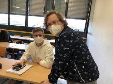 Lehrerin Felizitas Stüwe mit einem Schüler beim Fit-for-Abi-Kurs in Mathematik