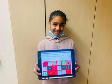 Eine Schülerin der 6. Klasse mit dem digitalen Adventskalender