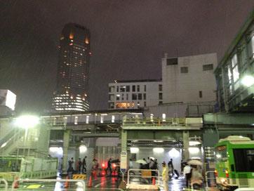 雨の降る解体の進む渋谷駅前