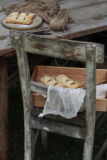 Apfeltaschen auf einem Tisch und Stuhl