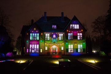 Nachtopname. Een huis met lichtreflectie.