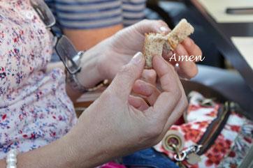 Maria verteilt das Brot, Wein hatten schon alle...