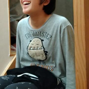階段に座って笑ってるいつも楽しそうだな(゜_゜)
