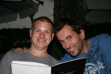 Matthias und Tim freuen sich auf ihr Essen