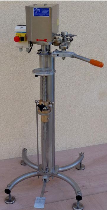 Sertisseuse sur châssis inox pour production moyenne. Sertissage de boîtes rondes (métal, composite, plastique...) - SCIM