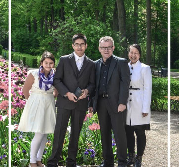 Familie Schlenk im Mai 2014. Aufnahme im Hofgarten Bayreuth zu Daniels Konfirmation (der zweite von links, nicht der zweite von rechts:)