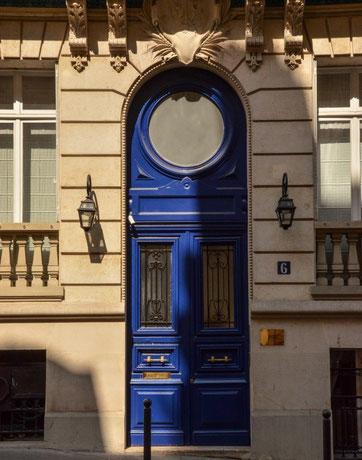 Einfach eine Tür - gesehen in der Rue de Copernic (nahe dem Eiffelturm und Triumphbogen)