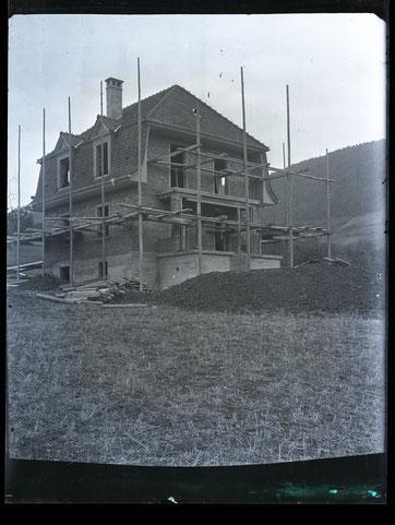 «Die Villa»: Das Wohnhaus, in dem später Lehrer Arthur Hort wohnte, im Rohbau. (ab Glas-Negativ von Schreiner August Studer, 1928)