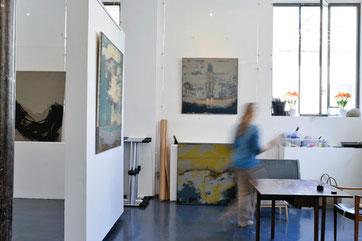 Photo de l'artiste dans son atelier de Gentilly