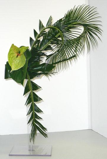 Ce bouquet est une composition d'art floral moderne aux lignes épurées.