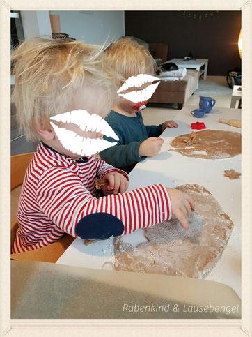 Beim gemeinsamen Nikolausbacken stechen unsere beiden Jungs die zuckerfreien Plätzchen aus und verzieren diese. Mit 'klick' auf das Bild geht es zum Rezept.