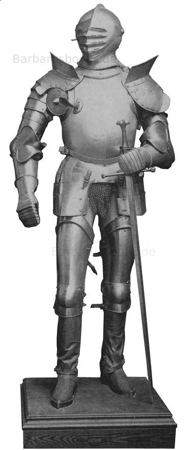 Glatte Reiterrüstung mit gerippten Rändern und mit Brusthaken. Der Helm nach oben aufschlächtig mit niederem geripptem Kamm. Um 1520—30. Die Unterbeinschienen fehlen.
