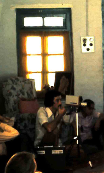 1975 : Steve recording Eruch in Mandali Hall, Meherazad, India - Photo taken by Anthony Zois ( cropped, see full image below )