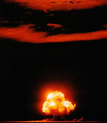 L'explosion du premier engin nucléaire, d'une puissance équivalant à 20 000 tonnes de TNT, a déployé son souffle jusqu'à plus de 100 kilomètres du point d'impact.