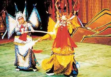 「長坂坡(ちょうさんぱ)」 「三国志」の英雄、趙雲を演じる葉金援(ようきんえん)氏(左)