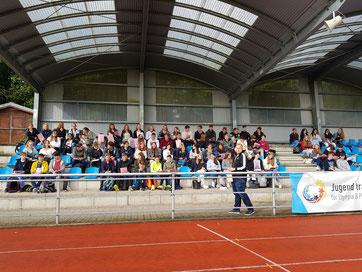 EF-Schülerinnen und Schüler im Stadion