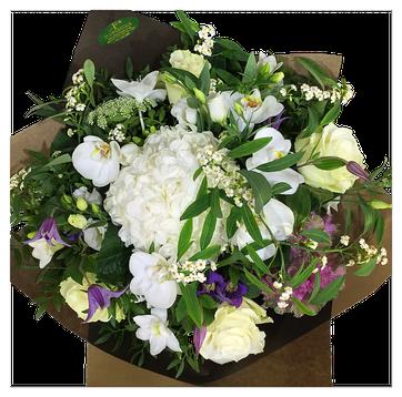 白のバラと胡蝶蘭メイン、その他花材は季節物