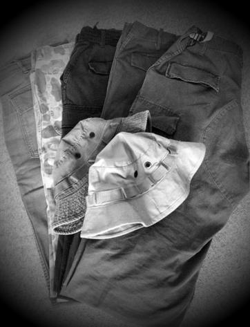 一年の8割は半パンを穿いている僕ですが、最近はミリタリー物の長ズボンを好く着用しています。と言っても3割にも満たないけど、。 種類は色々でベイカーパンツ、パラシュートパンツetc、、、どれも普通ならタフなイメージがあると思うけど年代物なんで生地が弱ってる物もあり、気を使うこともある僕の軍パン。 *帽子はブーニーハット
