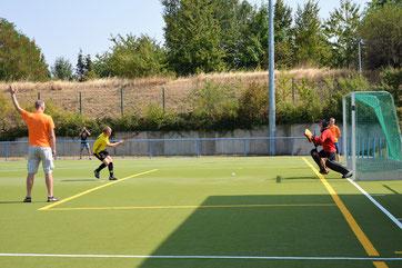 Der starke Macherner Torhüter Jonas Greiner pariert einen 7m-Ball der Köthener (Szene aus dem Spiel der MJB Tresenwald - Köthen)