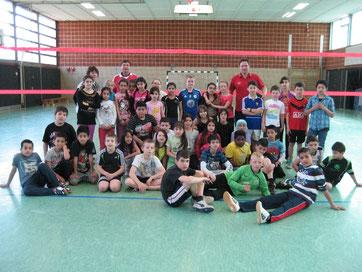 Mädchen und Jungen warten ungeduldig auf den Anpfiff der Volleyball-Pausenliga-Finalrunde