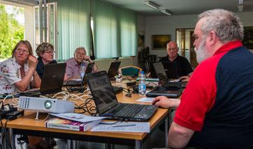 "Reinhard Musold mit den Teilnehmern des Kurses ""Digitale Bildbearbeitung"""