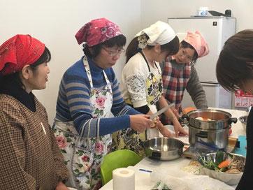 初対面で楽しく料理を学んでいます