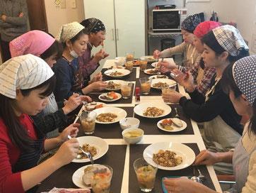 みんなで楽しく食事をしています