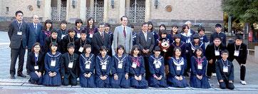 22日、早稲田大で鎌田総長と記念撮影した生徒たち(市教委提供)
