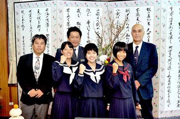平安名由莉、古見早夏、宮島萌の3選手が中山市長を表敬訪問した=7日、提供写真