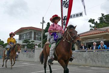カタバル馬で大阿母御嶽前を駆け抜ける花馬=8日午前、平得集落