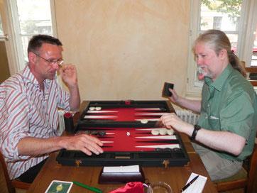 rechts: Turniersieger Thomas Kürger [Foto von berlin-backgammon.org]