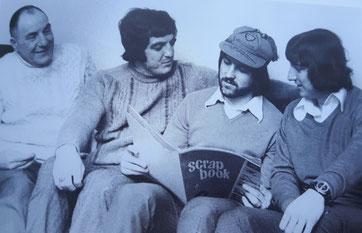 Bobby Latchford mit seinen Brüdern David und Peter und seinem Vater