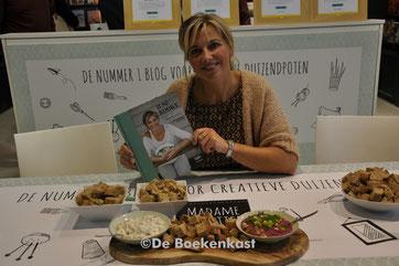 Ilse presenteert uit haar boek:  dip van hazelnoten, olijven en zure room en rode bietendip