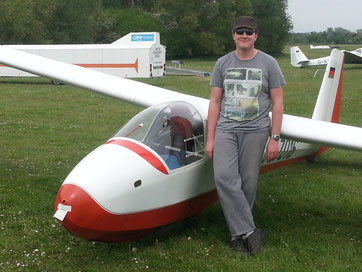 Konstantin Gröpl nach seinem ersten Flug mit der Ka8. Foto: Luftsportverein Osthofen e.V.