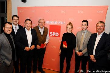 Zwei junge Neumitglieder der SPD Rheindürkheim bekommen Parteibuch überreicht in Rheindürkheim.