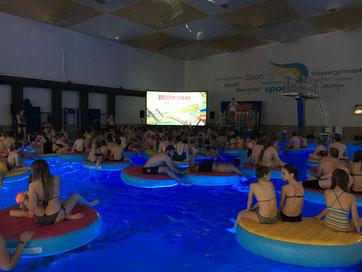 Volles Haus, viel Spaß und tolle Unterhaltung war bei der Kino-Pool-Party im Heinrich-Völker-Bad angesagt.