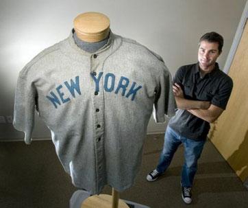 Nella foto Dan Imler Presidente della SCP Auctions poco prima dell'asta della maglia di Babe Ruth battuta per $4,415,658
