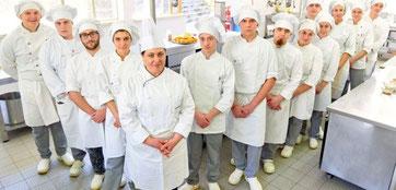 La prof.ssa Ravalli e la sua brigata di giovani chef.