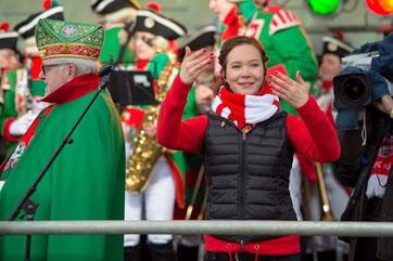 Zu sehen sind im Hintergrund die Altstädter in ihren Uniformen. Im Vordergrund sieht am mich am Dolmetschen. Ich trage einen rot-weißen Schal. Es ist sehr kalt, alle sind warm angezogen.