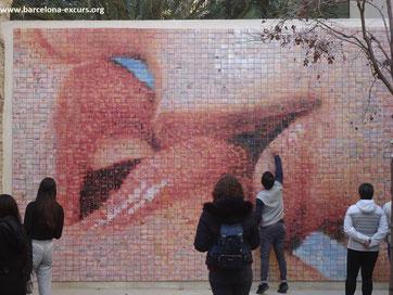Уличное искусство Барселоны. Мир рождается в каждом поцелуе